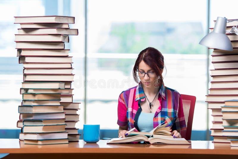 O estudante fêmea novo que prepara-se para exames foto de stock royalty free