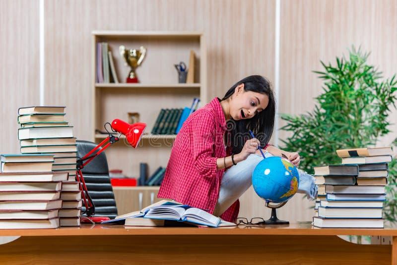 O estudante fêmea novo que prepara-se para exames da escola da faculdade foto de stock
