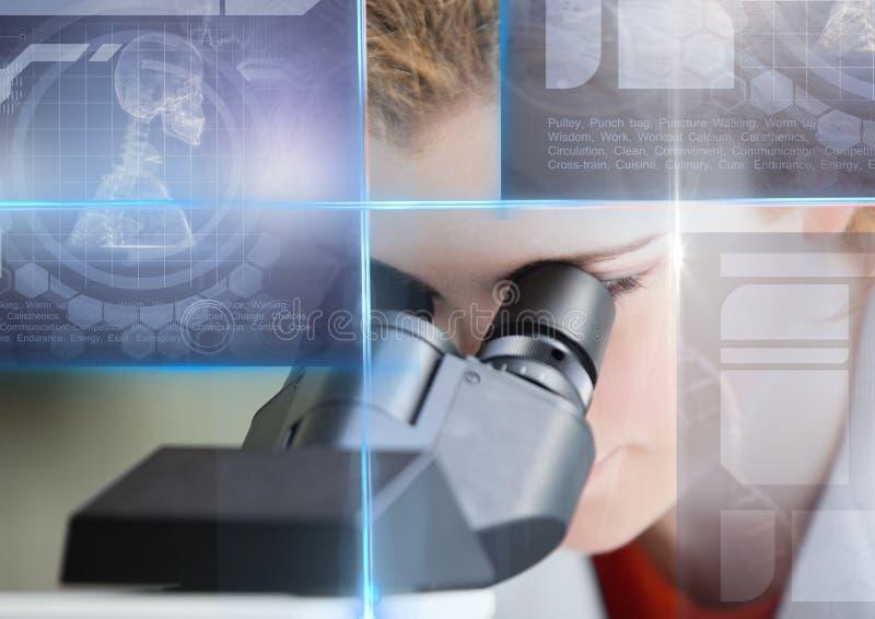 O estudante fêmea que estudam com microscópio e a educação da ciência conectam a folha de prova dos gráficos imagens de stock