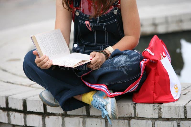 O estudante lê o livro foto de stock