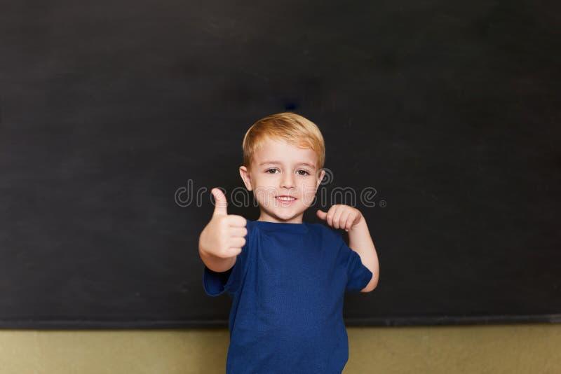 O estudante mantém os polegares fotos de stock royalty free