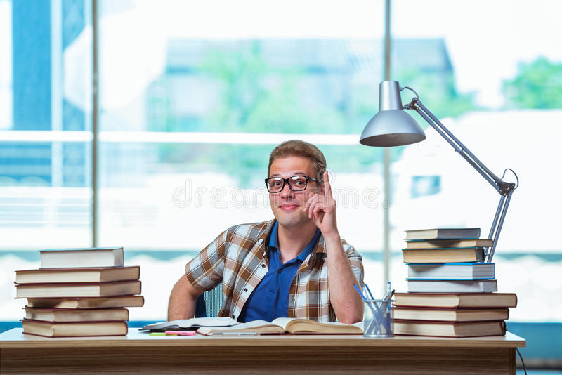 O estudante masculino novo que prepara-se para exames da High School foto de stock