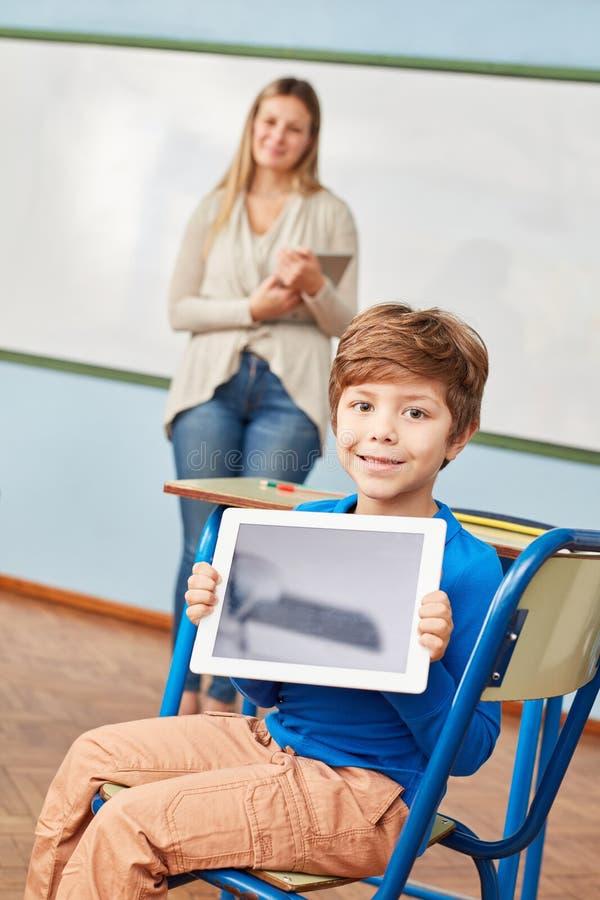 O estudante mostra orgulhosamente um PC da tabuleta foto de stock royalty free