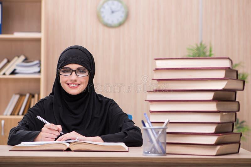 O estudante muçulmano da mulher que prepara-se para exames fotografia de stock royalty free