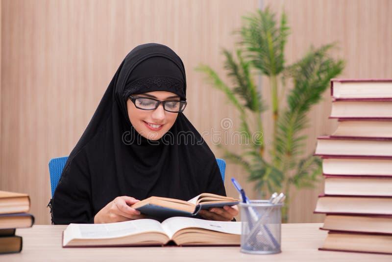 O estudante muçulmano da mulher que prepara-se para exames fotos de stock royalty free