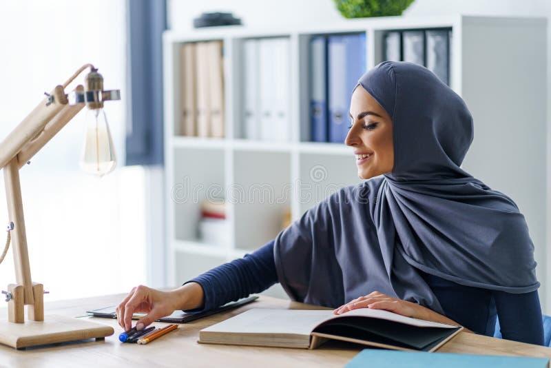 O estudante muçulmano fêmea aprecia estudar imagens de stock