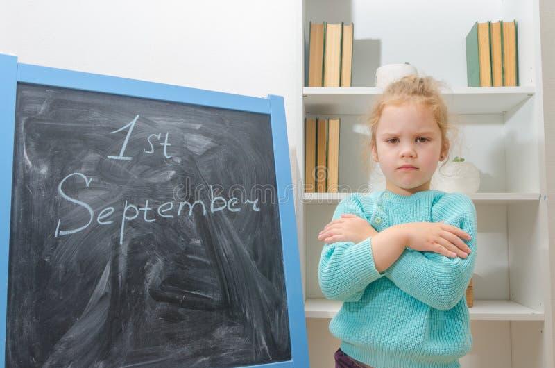 O estudante na placa de giz primeiro setembro imagens de stock