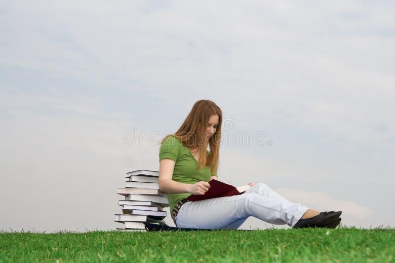 O estudante novo com o livro fotografia de stock royalty free