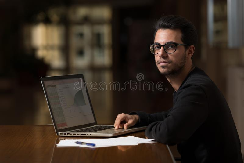 O estudante novo da informática usa um portátil para estudar em Caceres, Espanha foto de stock royalty free