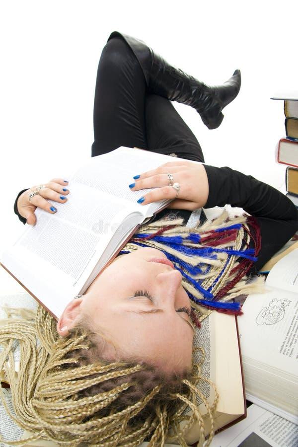 O estudante novo dorme em livros foto de stock