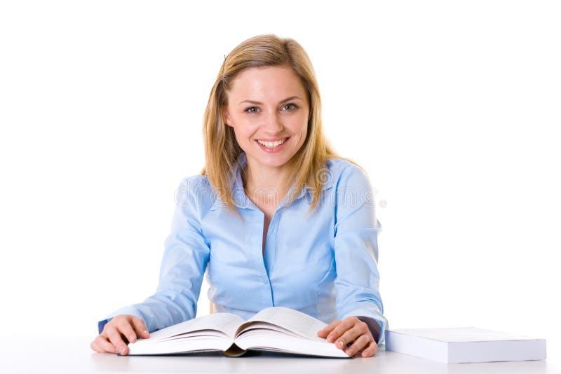 O estudante novo lê o livro, isolado no branco fotos de stock