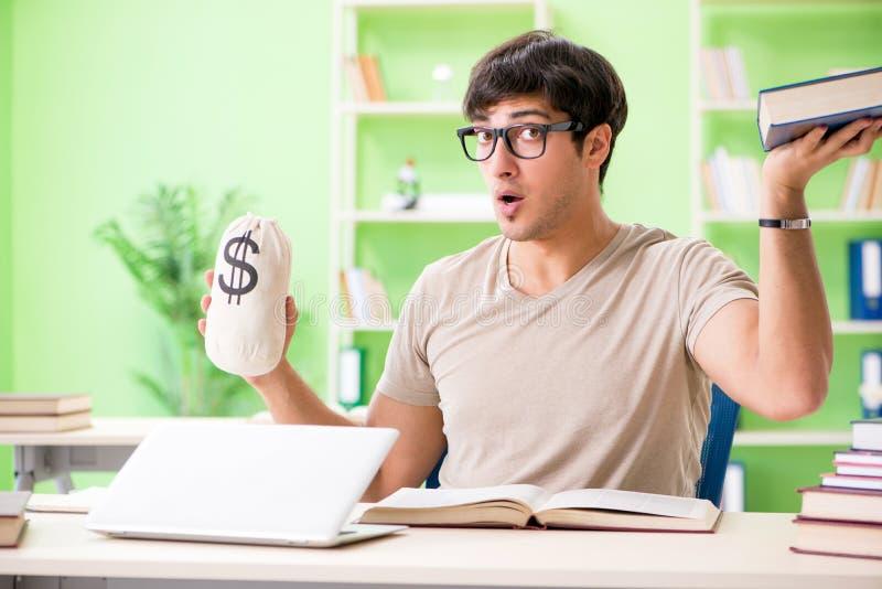 O estudante novo no conceito caro da taxa de matrícula imagem de stock
