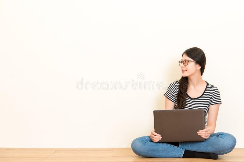 O estudante novo pensativo pensa seu plano futuro fotos de stock royalty free