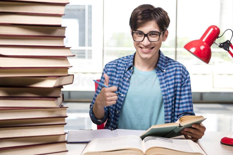 O estudante novo que prepara-se para exames da escola imagem de stock royalty free