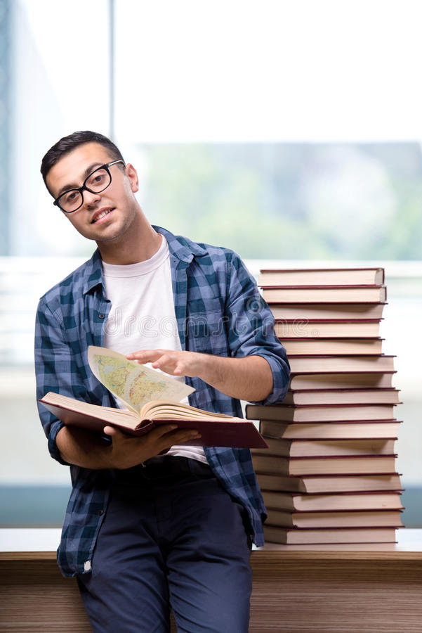 O estudante novo que prepara-se para exames da escola imagens de stock royalty free