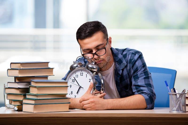 O estudante novo que prepara-se para exames da escola fotos de stock