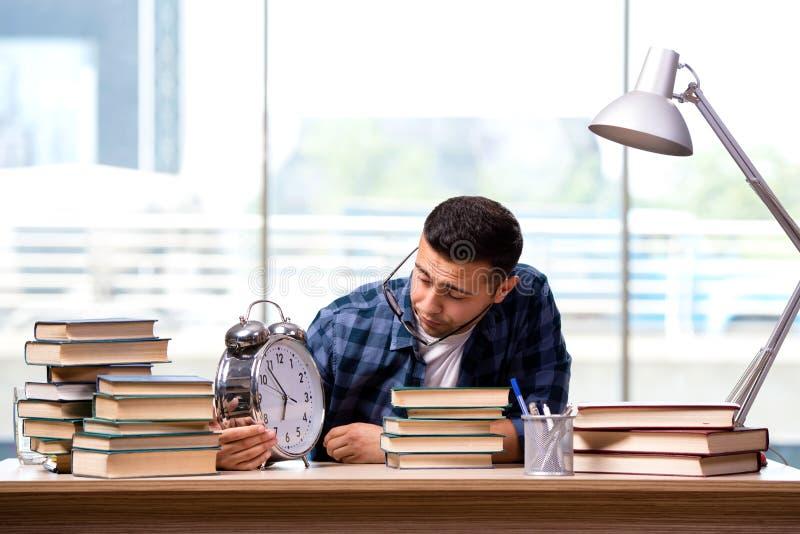 O estudante novo que prepara-se para exames da escola imagem de stock