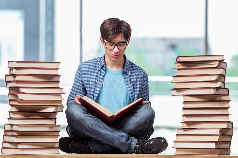 O estudante novo sob o esforço antes dos exames imagens de stock royalty free