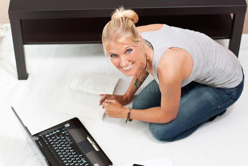O estudante novo trabalha em seu portátil foto de stock royalty free