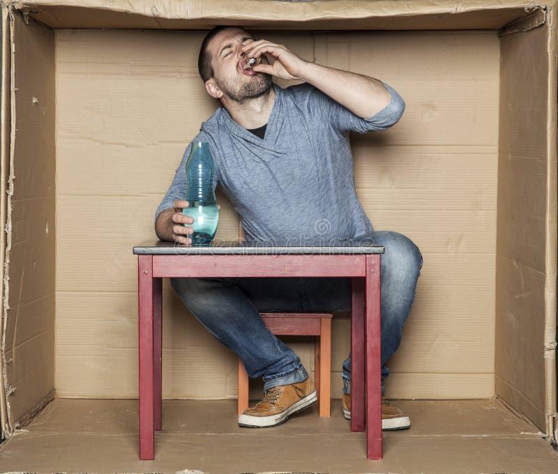 O estudante pobre bebe o álcool somente fotos de stock