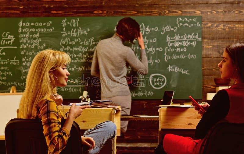 O estudante procura o estudo do m?todo que sere seu estilo de aprendizagem O tutor em linha pode sempre escolher a independenteme imagem de stock royalty free