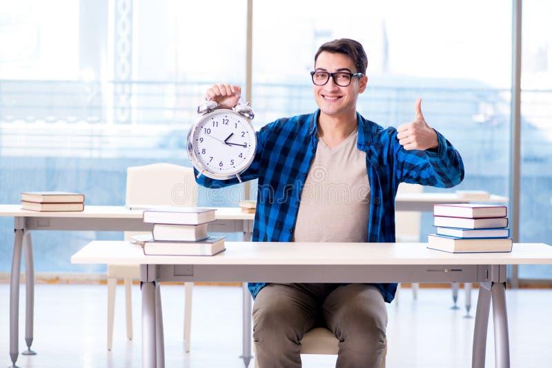 O estudante que corre fora da hora de preparar-se para o exame na faculdade foto de stock royalty free