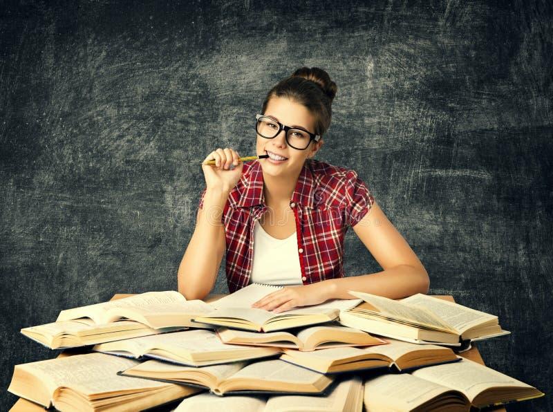 O estudante Studying Books, mulher nova da universidade leu muitos o livro ov fotografia de stock royalty free