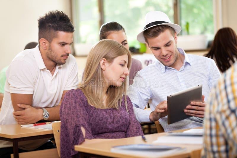 O estudante tem o divertimento com tabuleta imagens de stock royalty free