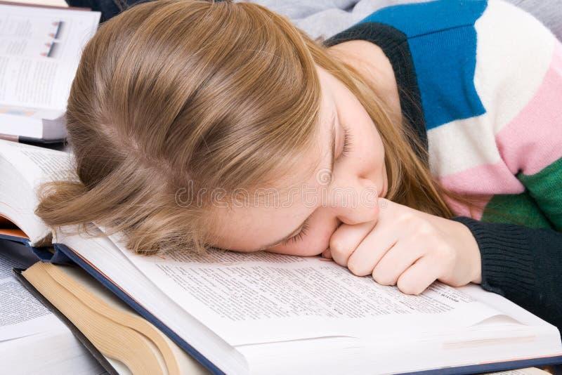 O estudante tired dorme em livros fotografia de stock