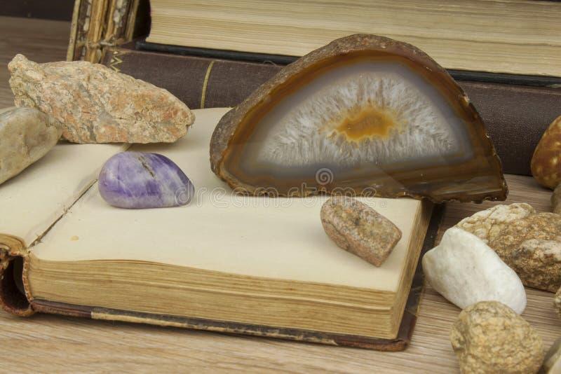 O estudo da mineralogia Estudos da universidade A ciência dos minerais e das rochas imagens de stock