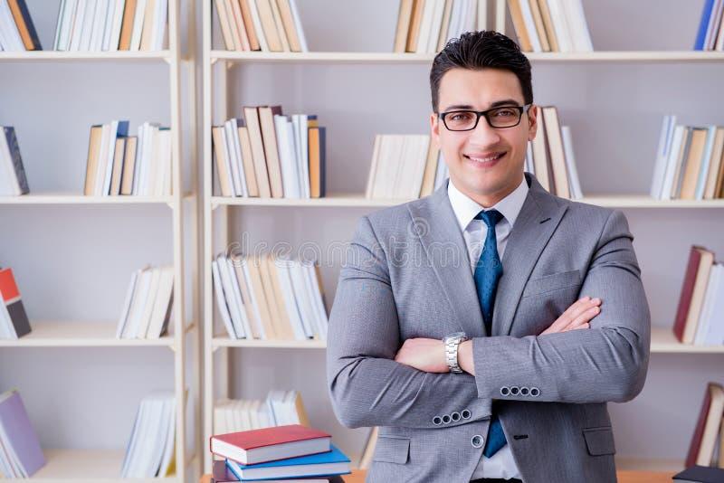 O estudo de trabalho do estudante de direitos comerciais na biblioteca imagem de stock