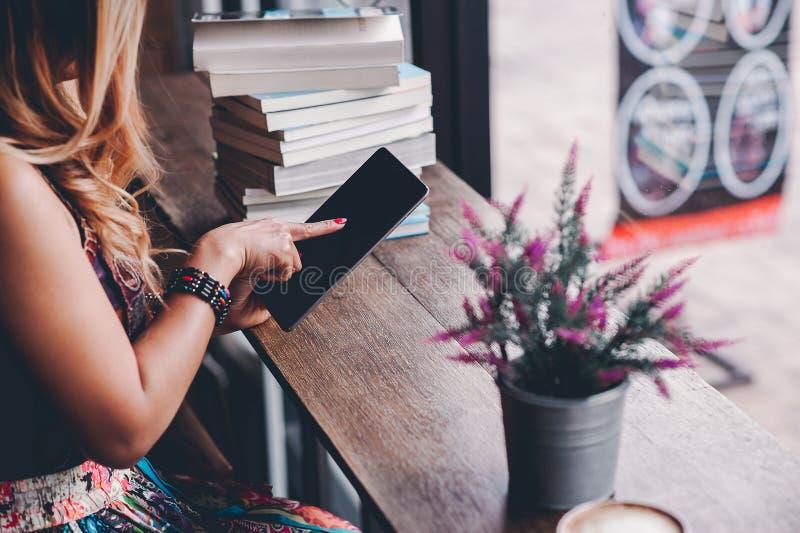 O estudo para o conhecimento leu livros na biblioteca fotografia de stock