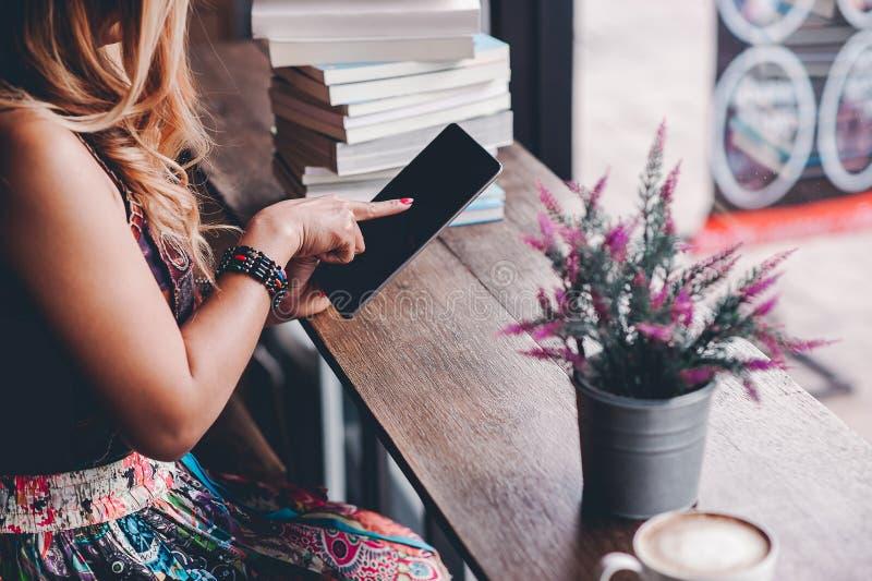 O estudo para o conhecimento leu livros na biblioteca fotos de stock