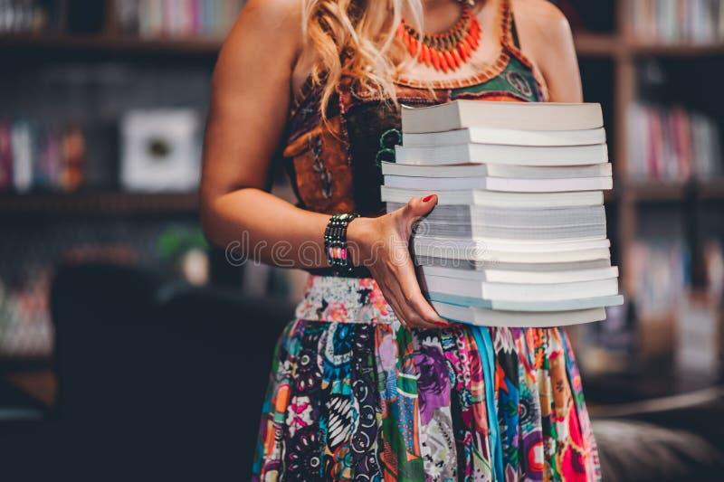 O estudo para o conhecimento leu livros na biblioteca fotografia de stock royalty free
