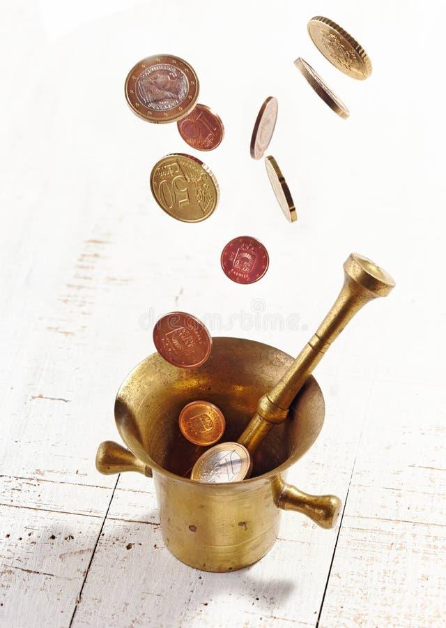 O Euro inventa a queda no almofariz e no pilão fotos de stock royalty free