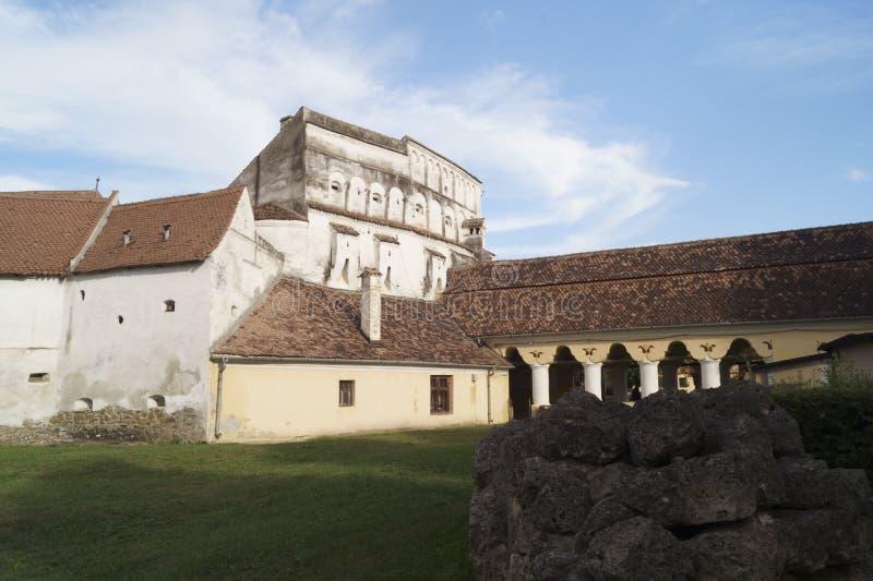 O Evangelical fortificou a igreja de Prejmer - entrada à fortaleza, Brasov, Romênia fotografia de stock