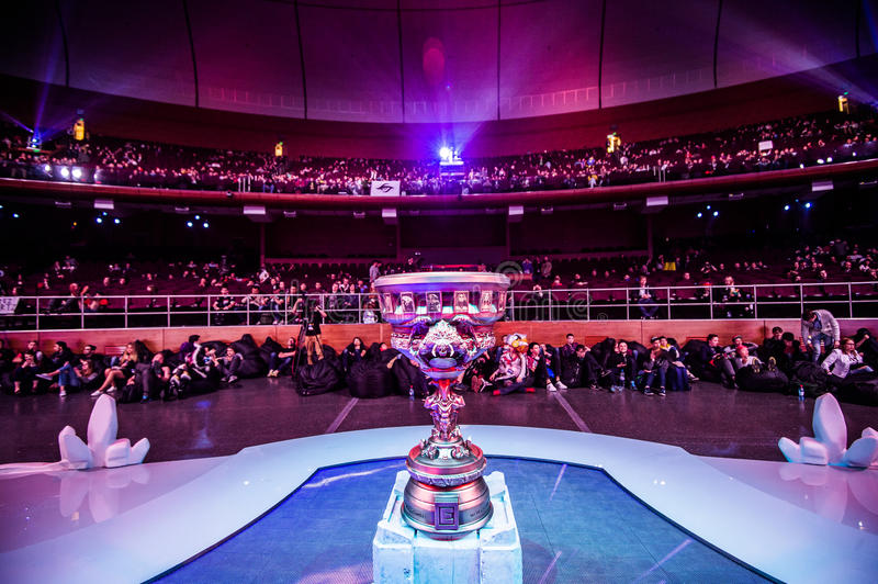 O evento do cybersport de MOSCOU Dota 2 do EPICENTRO pode 13 Troféu principal do competiam imagem de stock royalty free