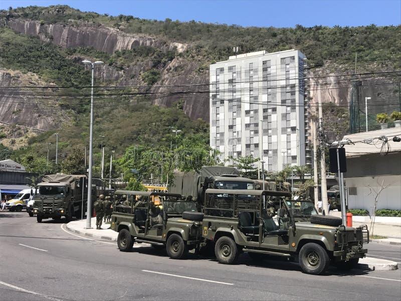O exército de Brasil que fecha os acessos a Rocinha foto de stock