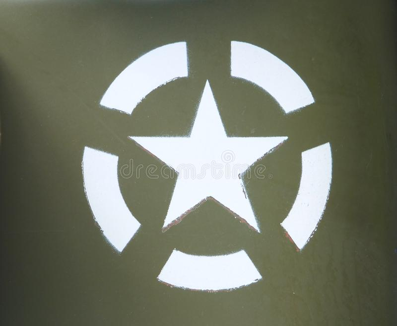O exército dos EUA branco protagoniza em um círculo da invasão stenciled em um veículo militar pintado verde azeitona imagens de stock royalty free