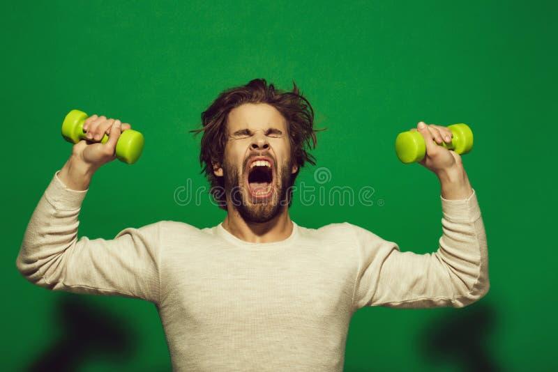 O exercício da manhã do homem sonolento com barbell, tem cabelo uncombed imagens de stock