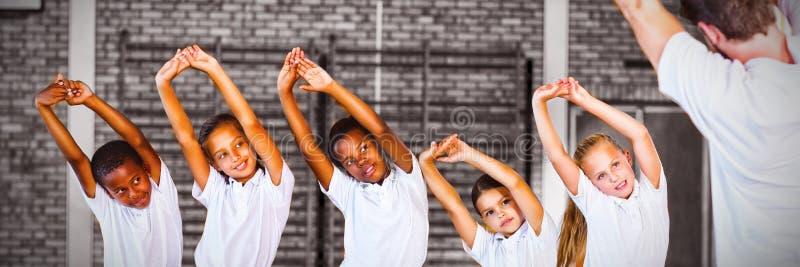 O exercício de ensino do professor à escola caçoa no campo de básquete fotos de stock royalty free
