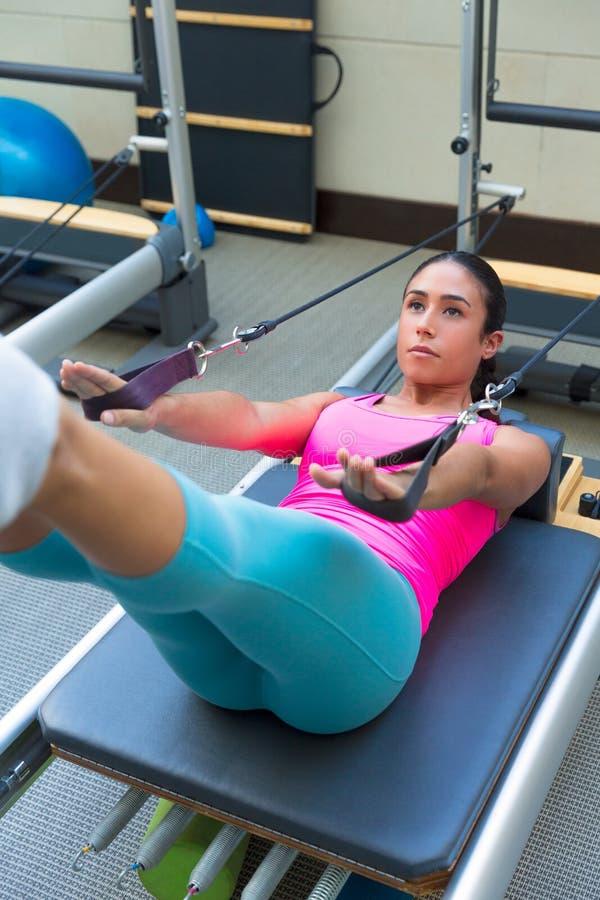 O exercício do reformista de Pilates exercita a mulher fotografia de stock