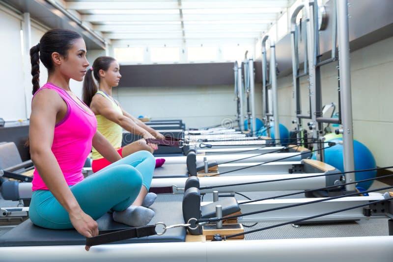 O exercício do reformista de Pilates exercita mulheres fotografia de stock