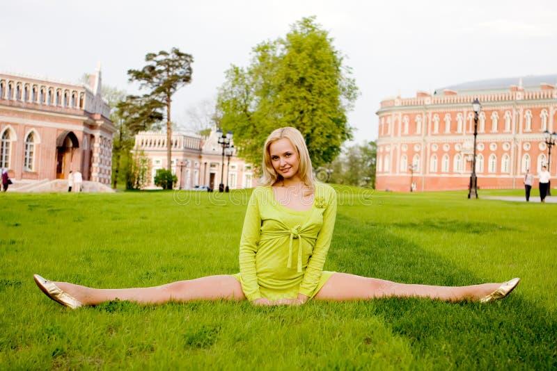 O exercício ginástico de execução da rapariga fotografia de stock royalty free