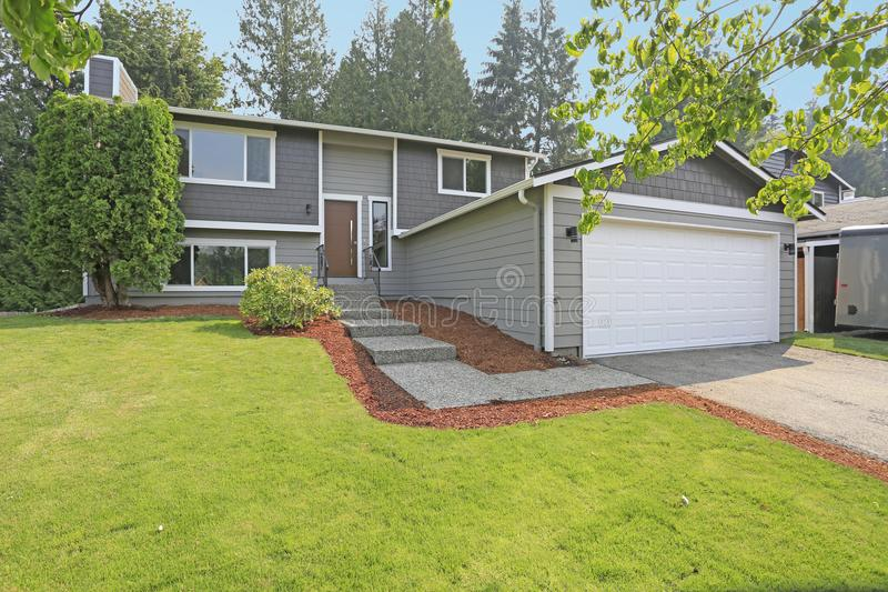 O exterior cinzento bonito da casa do passeador caracteriza o tapume cinzento imagem de stock