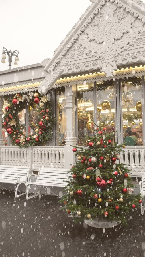 O exterior do inverno de uma casa de campo com neve da grinalda do abeto dos ornamento do Natal foto de stock royalty free