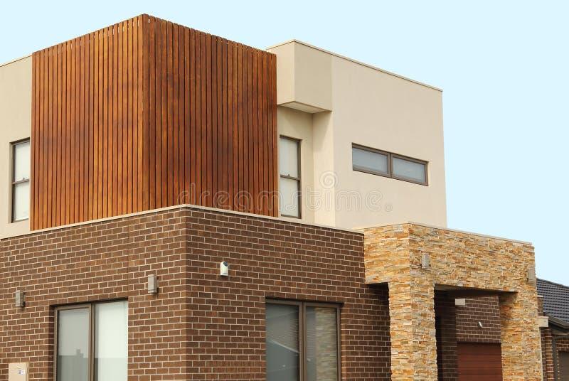 O exterior moderno da arquitetura detalha casas dobro da história foto de stock royalty free
