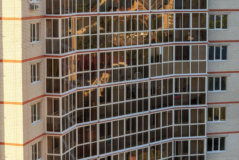 O exterior moderno da fachada da construção, janelas modela a construção fotos de stock