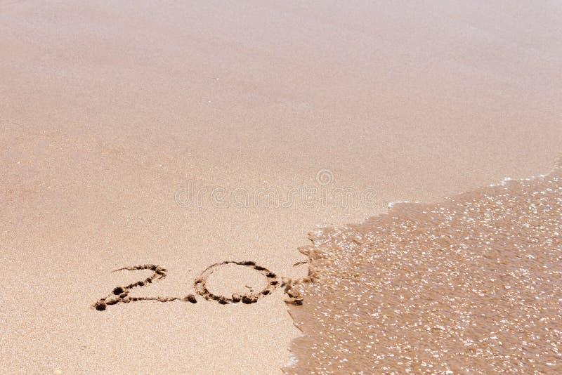 2019 o 2020 extremos, dejando año, texto en la playa del mar Concepto de la Feliz A?o Nuevo imagen de archivo libre de regalías