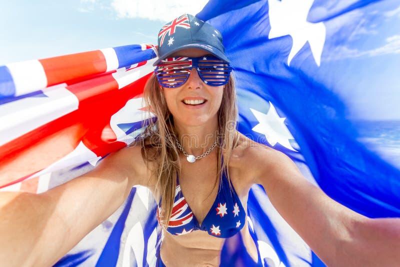 O fã australiano comemora Austrália - mulher com bandeira australiana fotos de stock